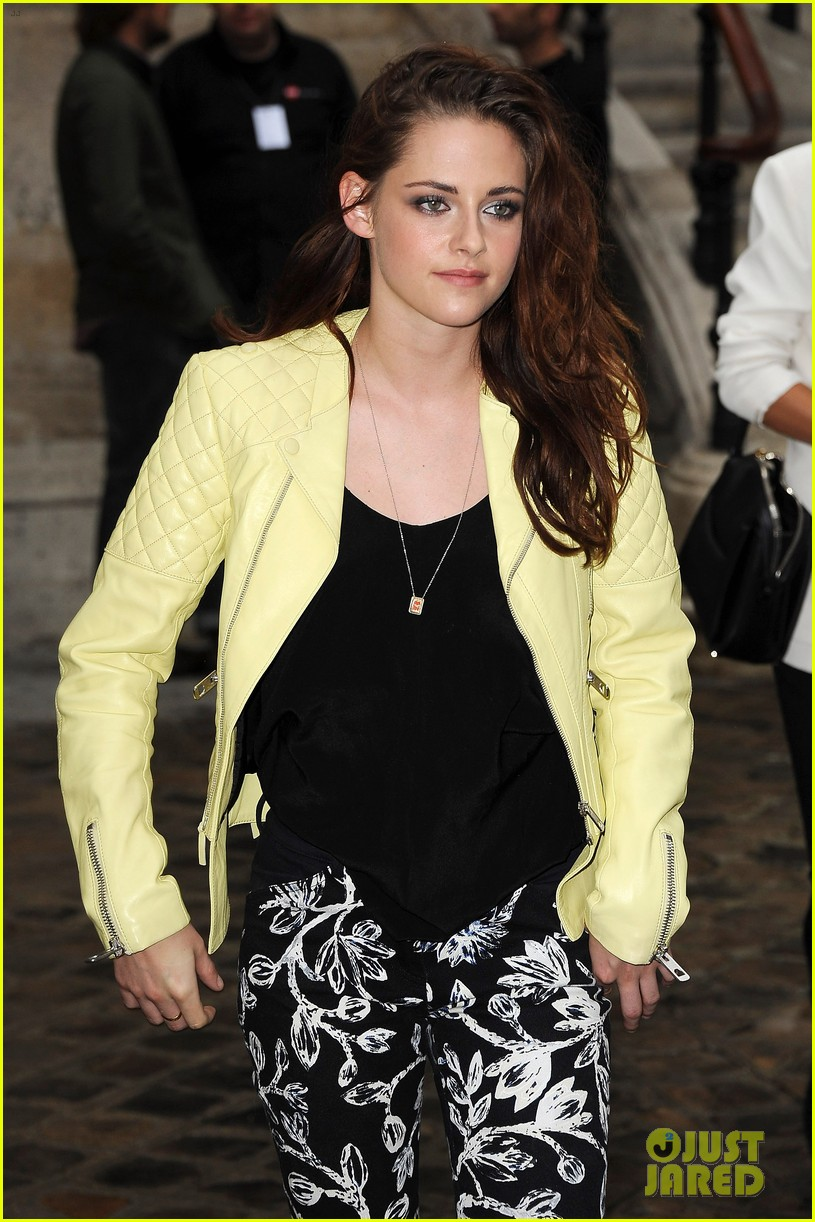 kristen stewart balenciaga paris fashion week show 03