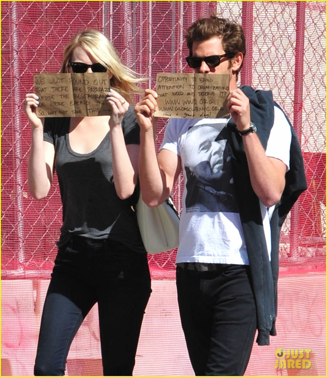 emma stone andrew garfield promote charities with handmade signs 02