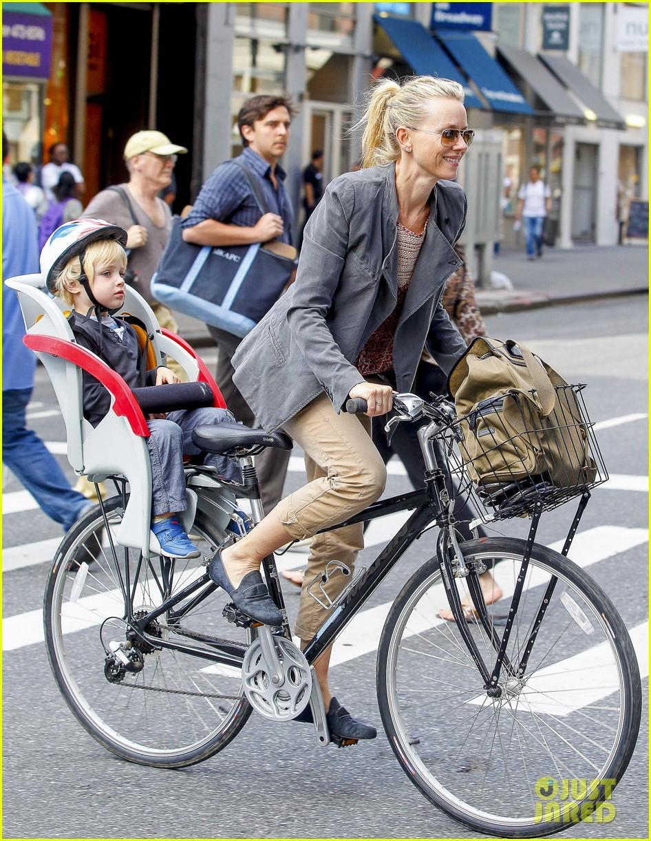 naomi watts liev schreiber biking kids 10