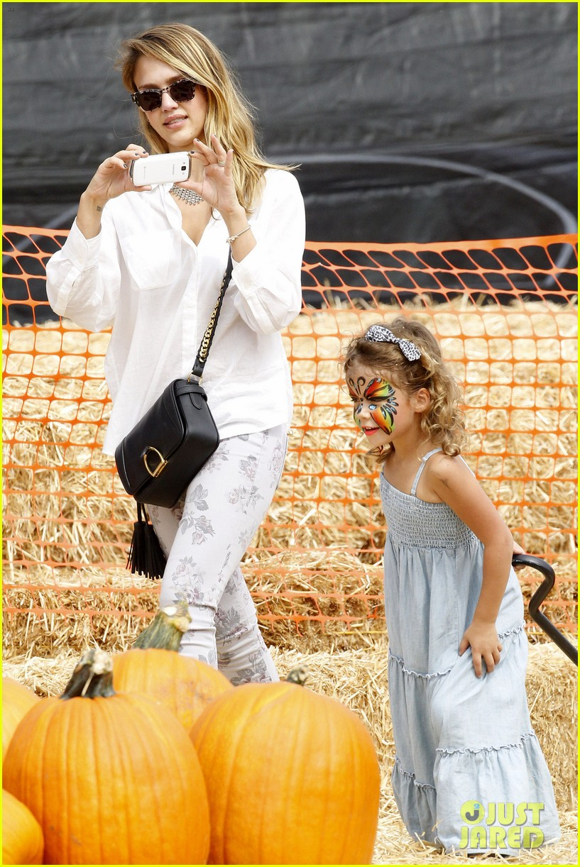 jessica alba cash warren pumpkin patch with the girls 142734278