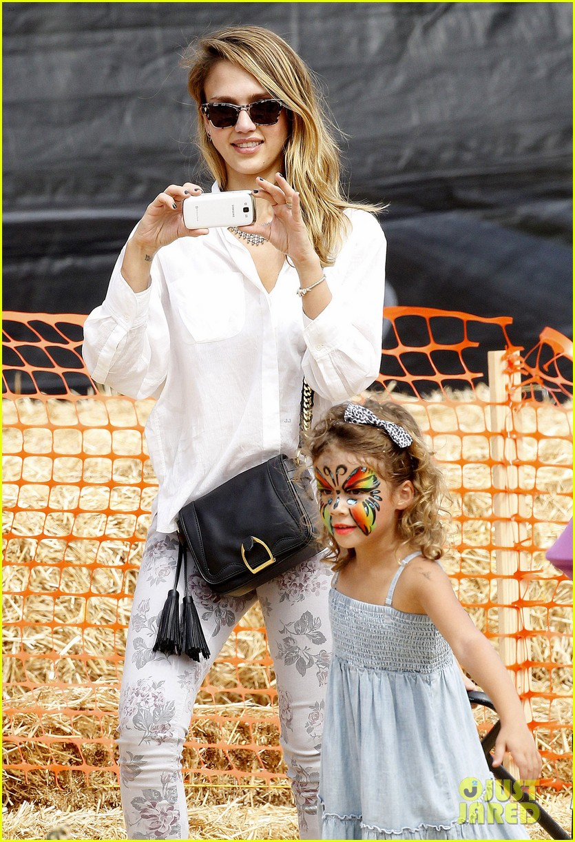 jessica alba cash warren pumpkin patch with the girls 15