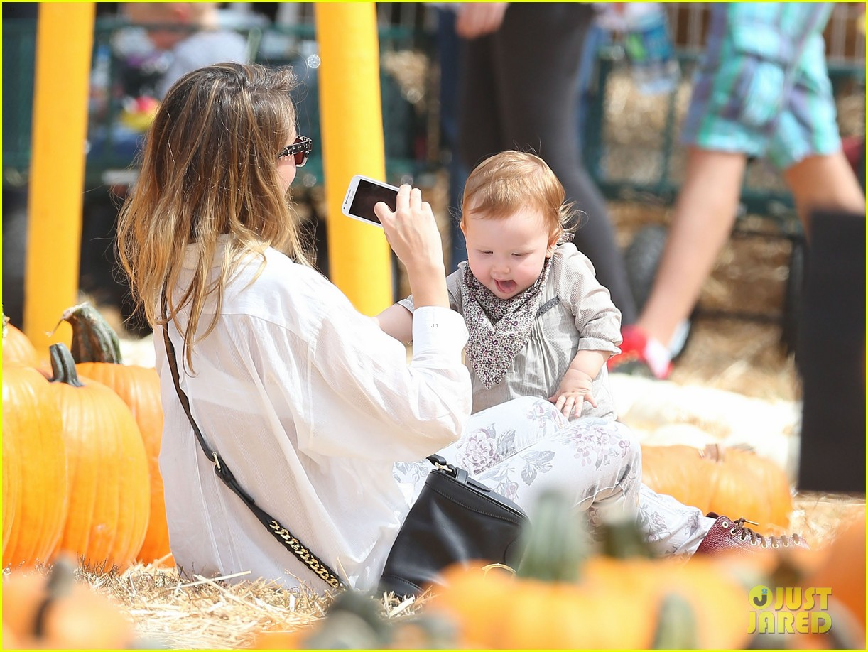 jessica alba cash warren pumpkin patch with the girls 20
