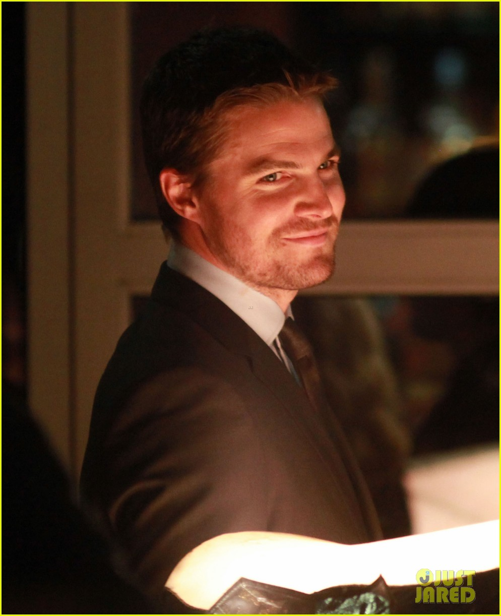 stephen amell arrow night scene 09