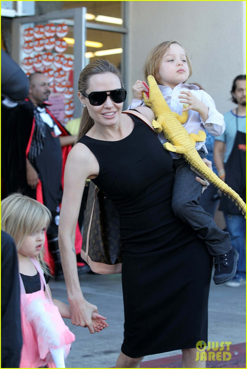 angelina jolie halloween shopping with the kids 03