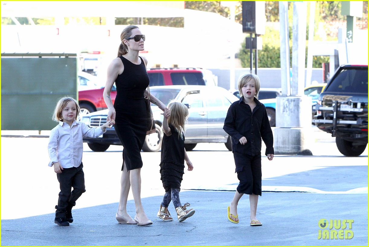 angelina jolie halloween shopping with the kids 06