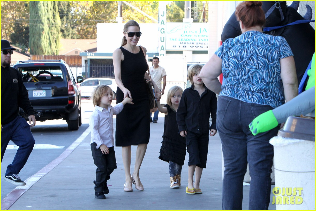 angelina jolie halloween shopping with the kids 13