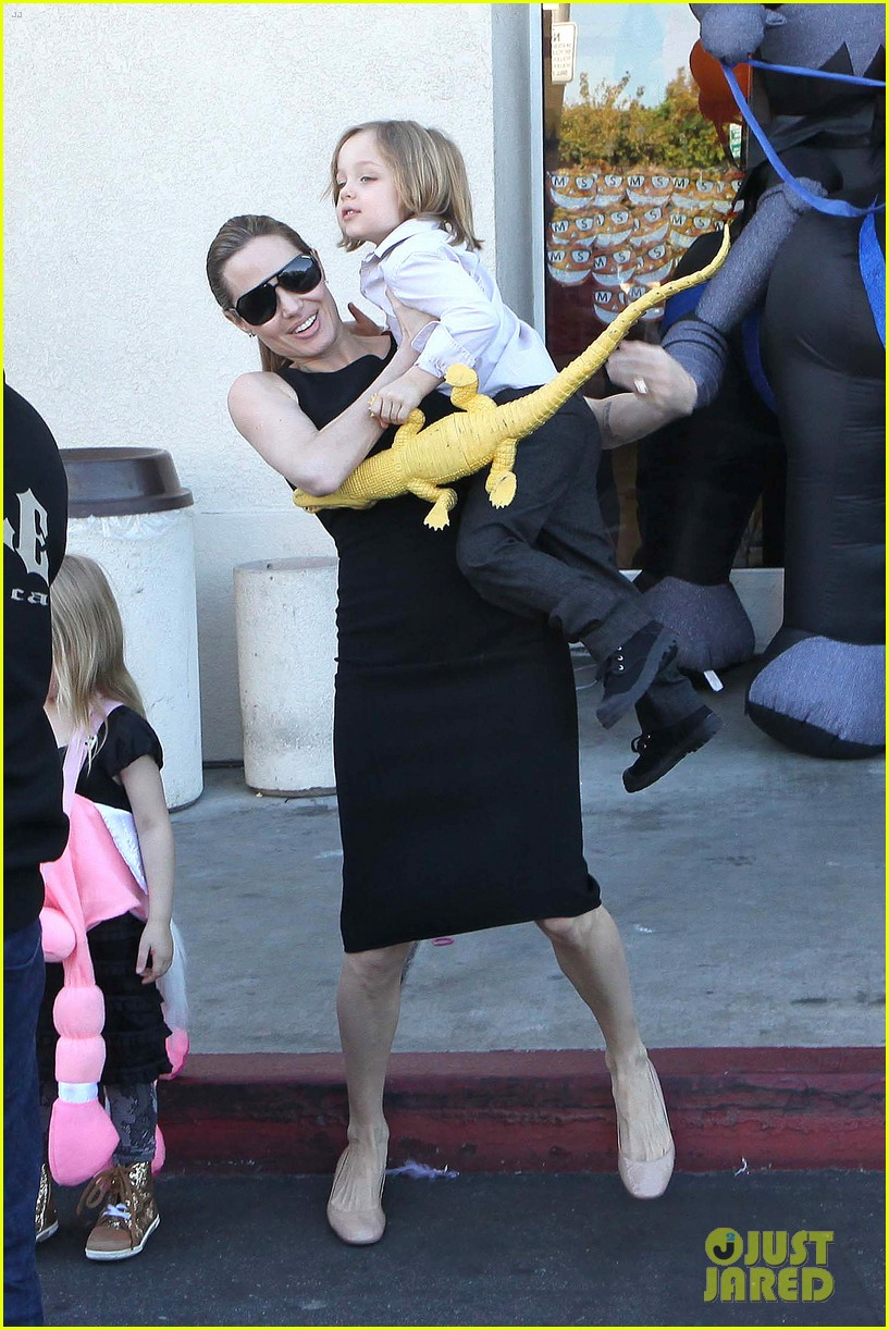 angelina jolie halloween shopping with the kids 20