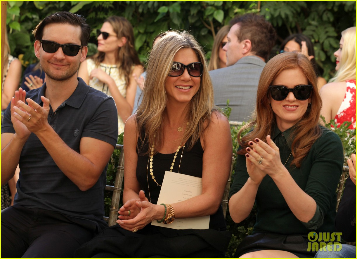 jennifer aniston cfda vogue fashion show with isla fisher 02