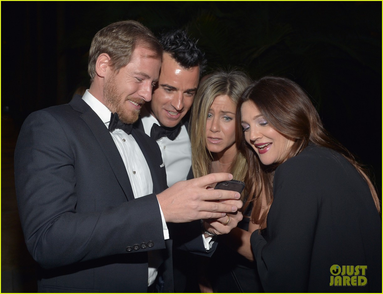 jennifer aniston justin theroux lacma gala with drew barrymore 03