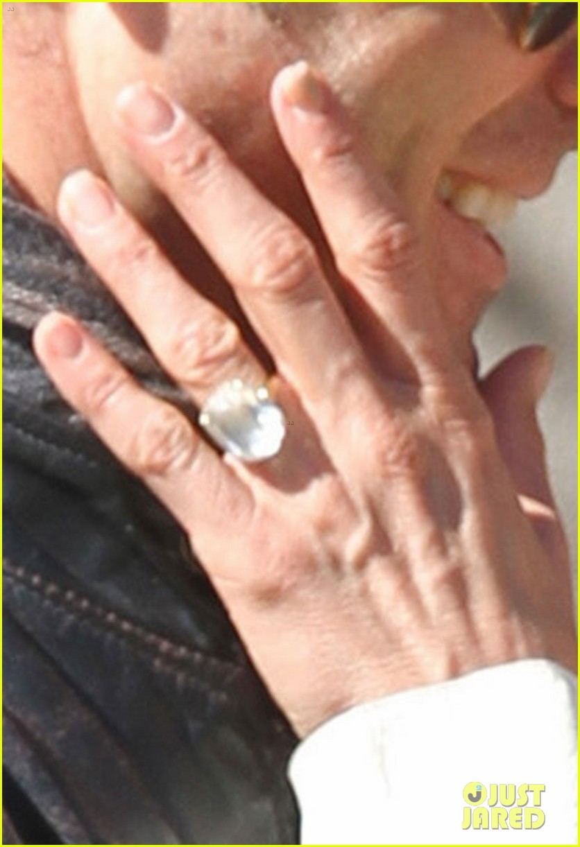 jennifer aniston flashes engagement ring with justin theroux 022734919