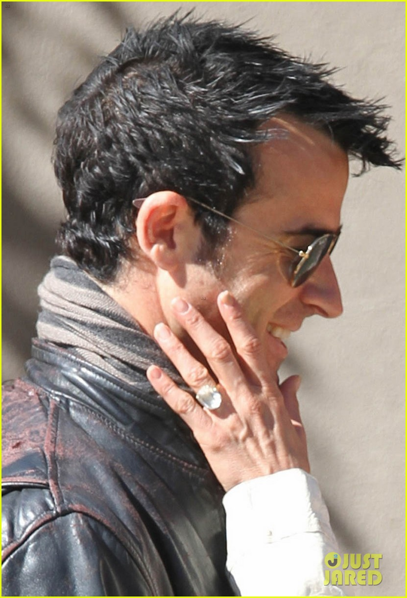 jennifer aniston flashes engagement ring with justin theroux 042734921