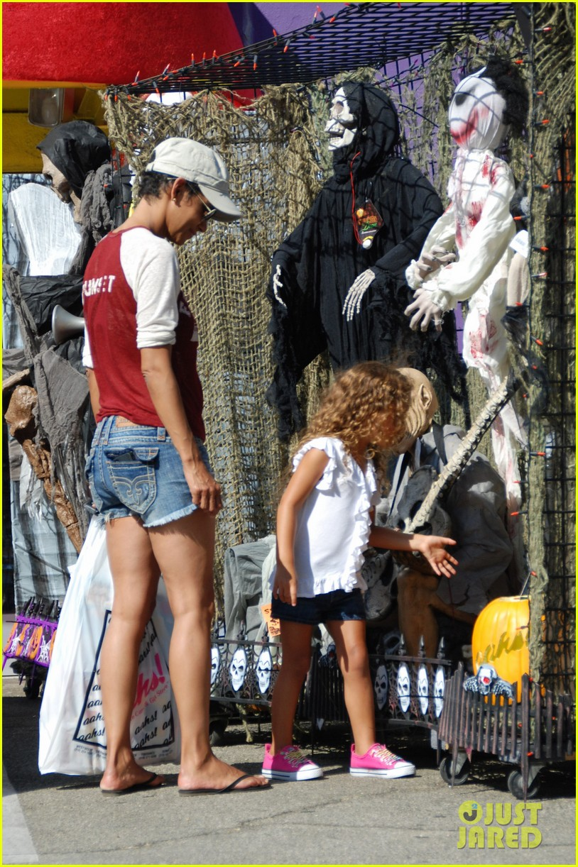 halle berry halloween costume shopping with nahla 01