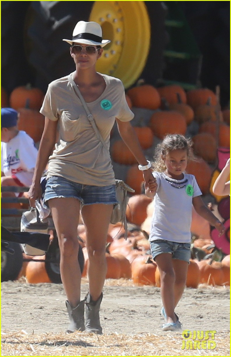 halle berry gabriel aubry pumpkin patch with nahla 03