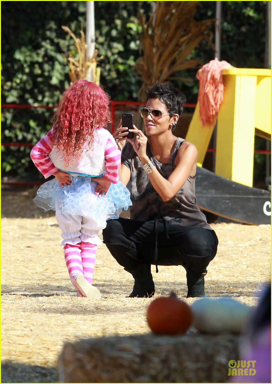 halle berry nahla pumpkin patch pair 02
