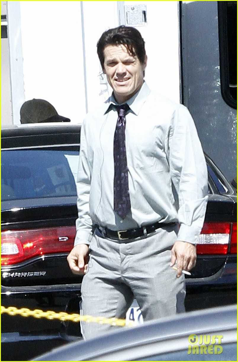 josh brolin shirtless on oldboy set 03