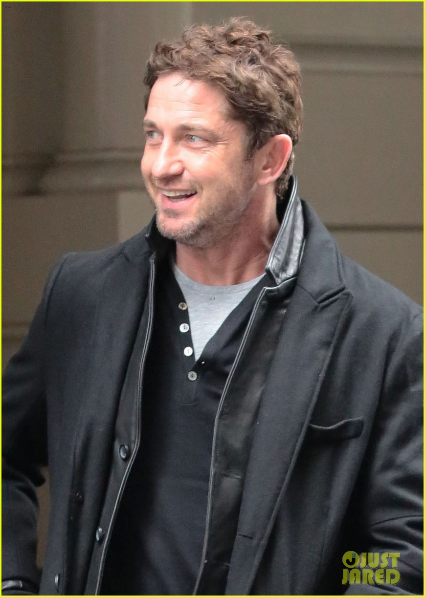 gerard butler good looks praised by jon stewart 02