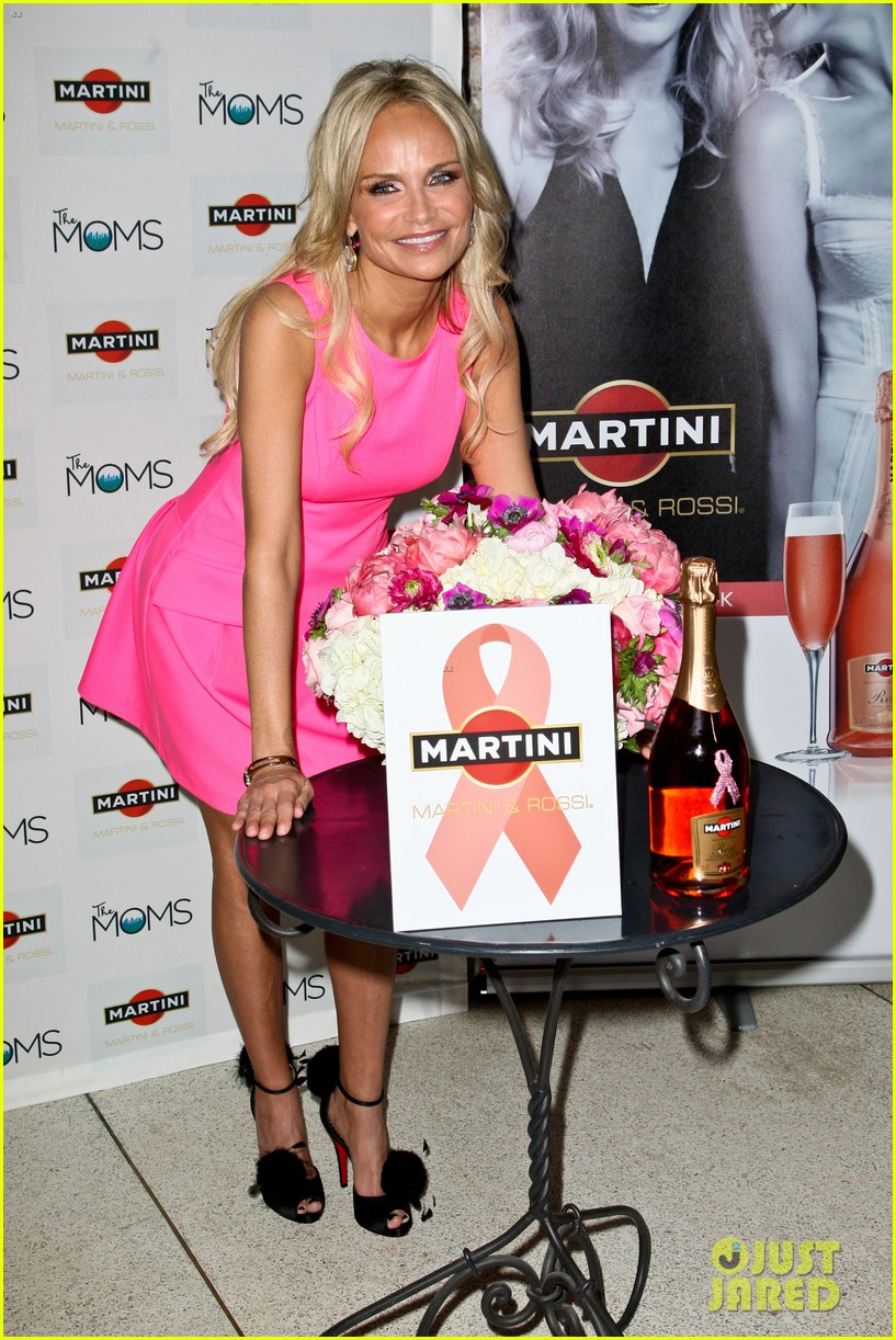 kristin chenoweth toasts to cancer survivors 082738725
