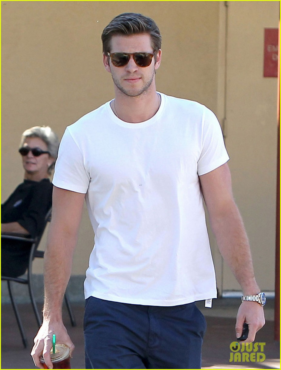 miley cyrus liam hemsworth starbucks sweethearts 022744221