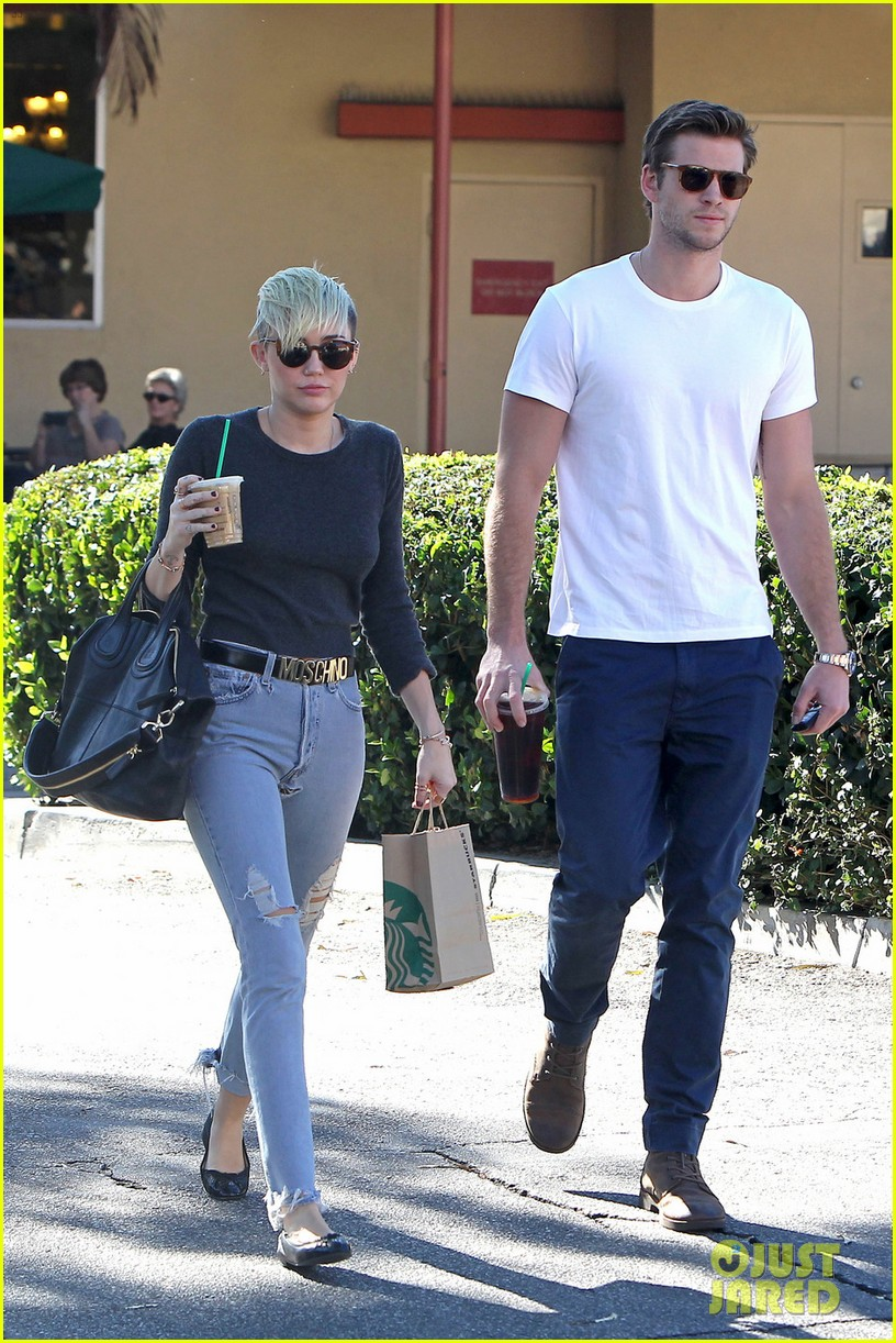 miley cyrus liam hemsworth starbucks sweethearts 032744222