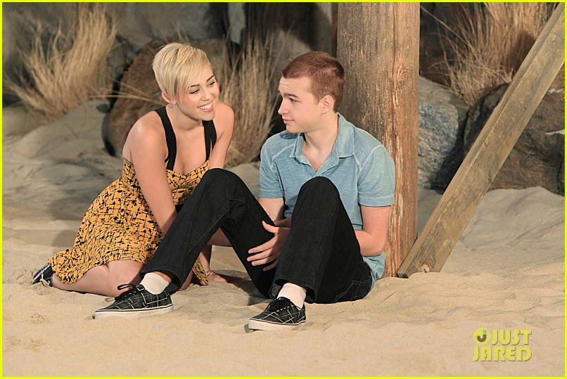 miley cyrus new two and a half men stills 03