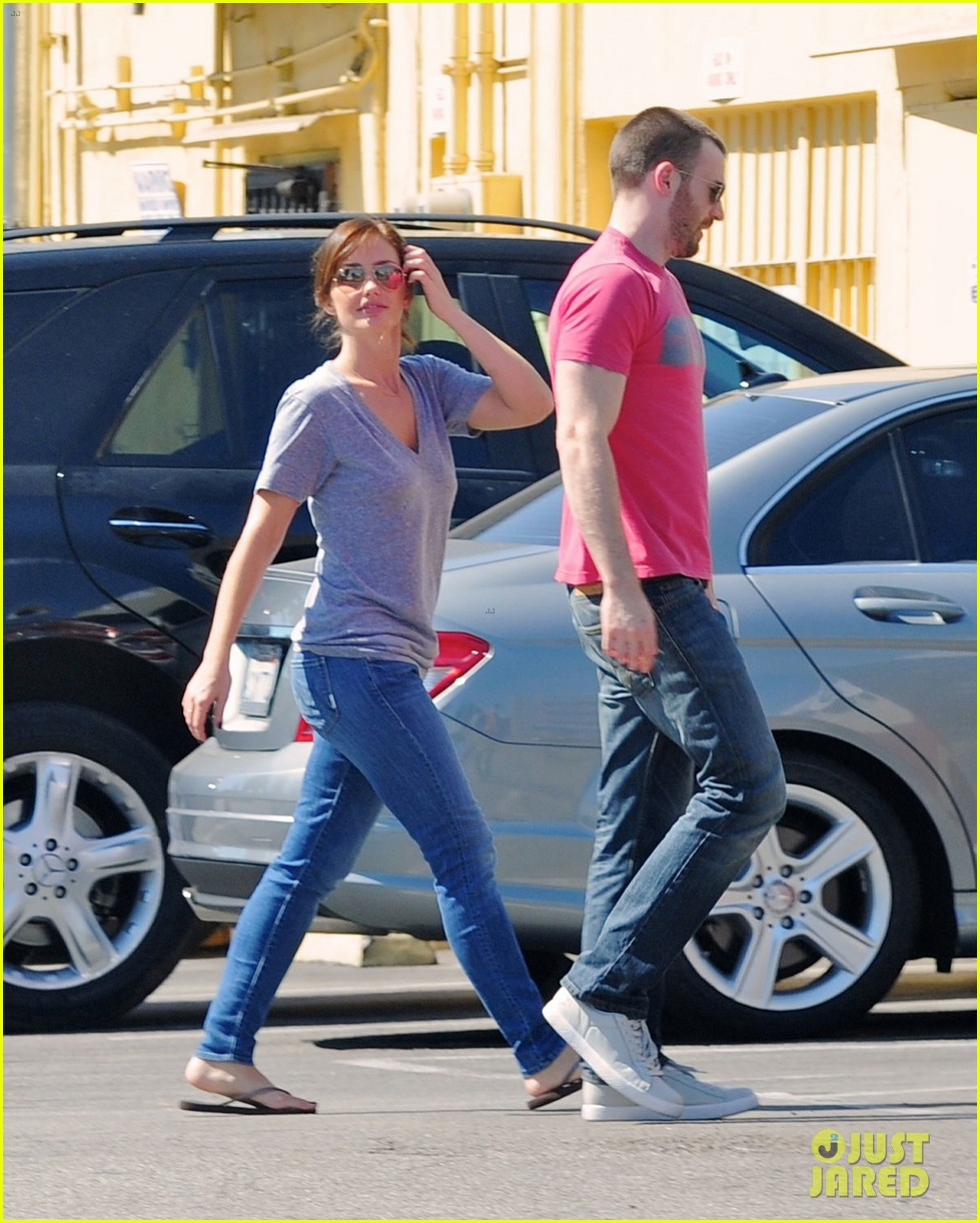 chris evans minka kelly kiss over tacos 03