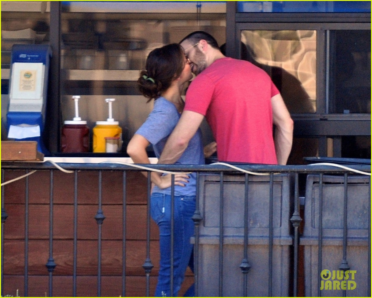 chris evans minka kelly kiss over tacos 04