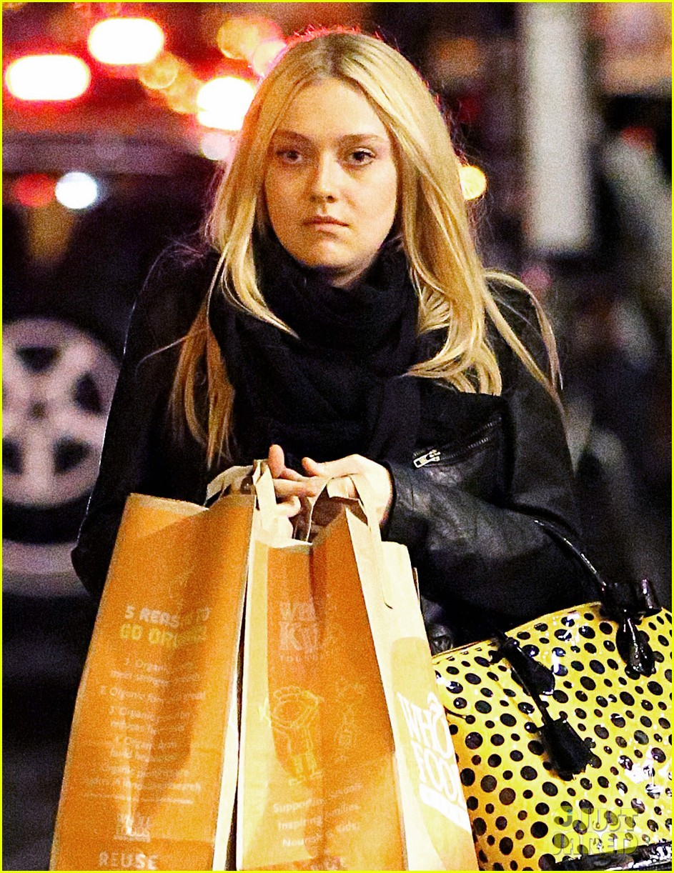 dakota fanning whole foods grocery shopper 052732322