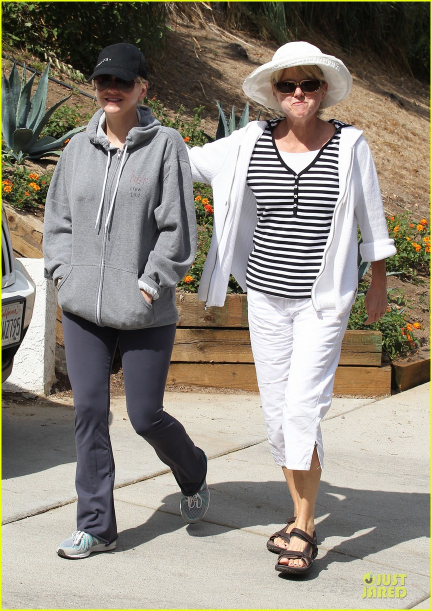 anna faris hollywood stroll with mother karen 03