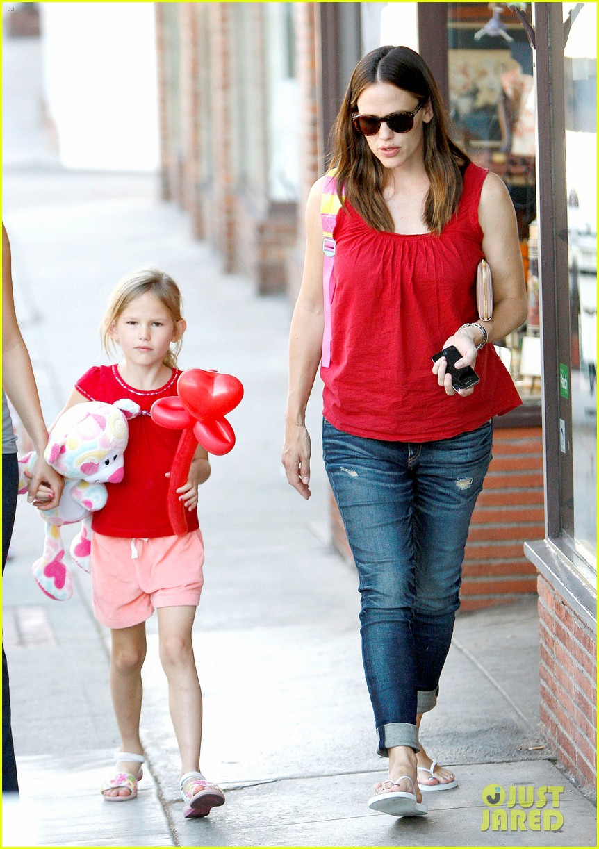 jennifer garner spends time with the girls ben affleck rides motorcycle 11