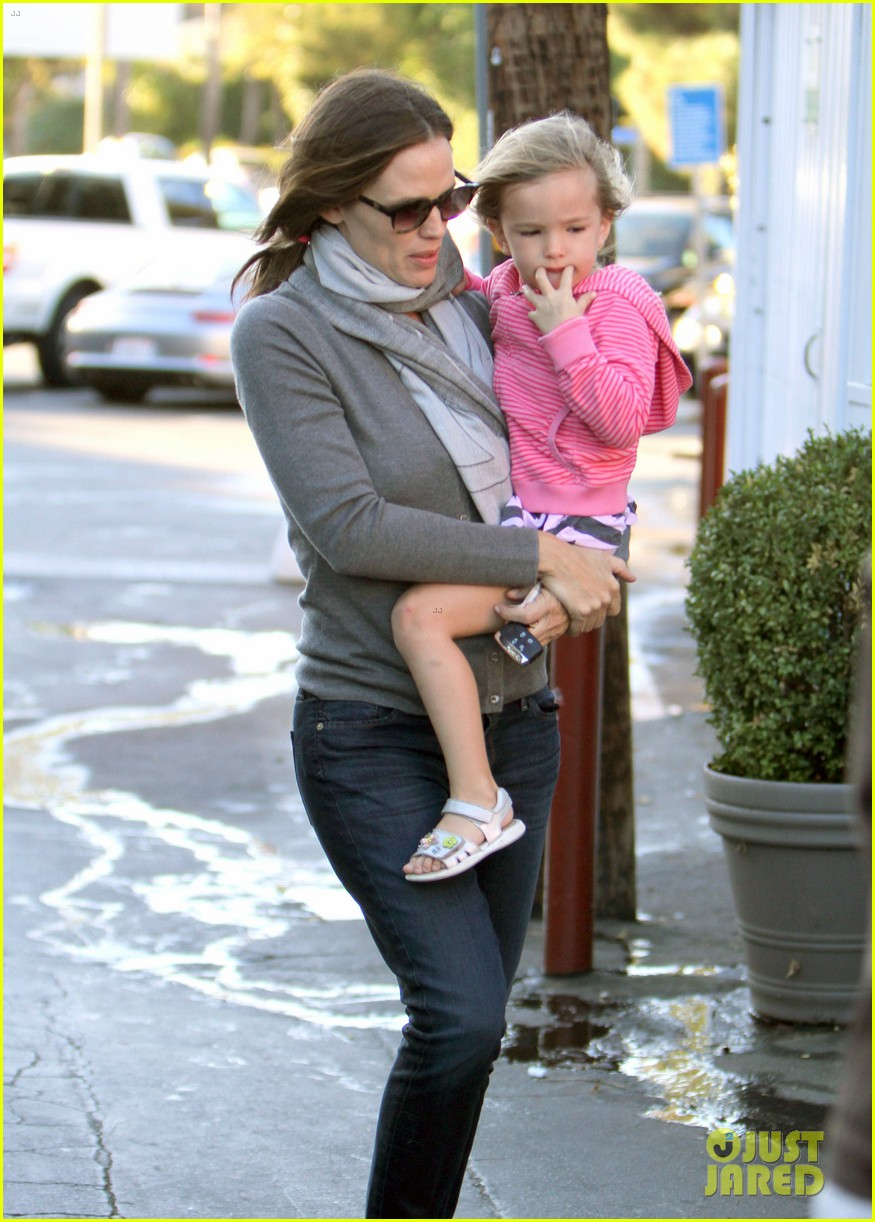 jennifer garner piggyback ride for seraphina 12