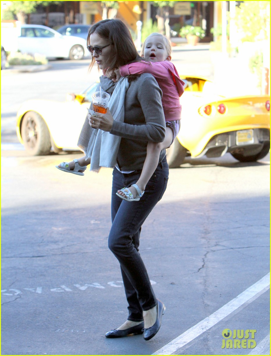jennifer garner piggyback ride for seraphina 16