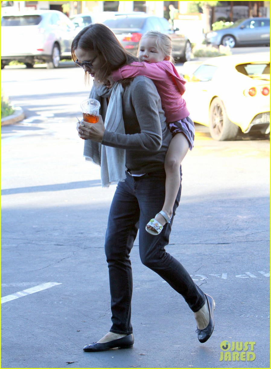 jennifer garner piggyback ride for seraphina 17