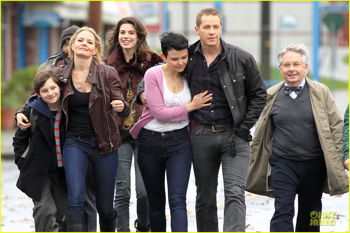 ginnifer goodwin josh dallas once upon a time set with jennifer morrison 072743911