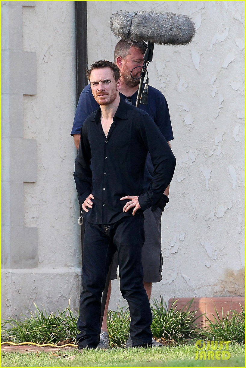 ryan gosling serenades rooney mara on malick set 04