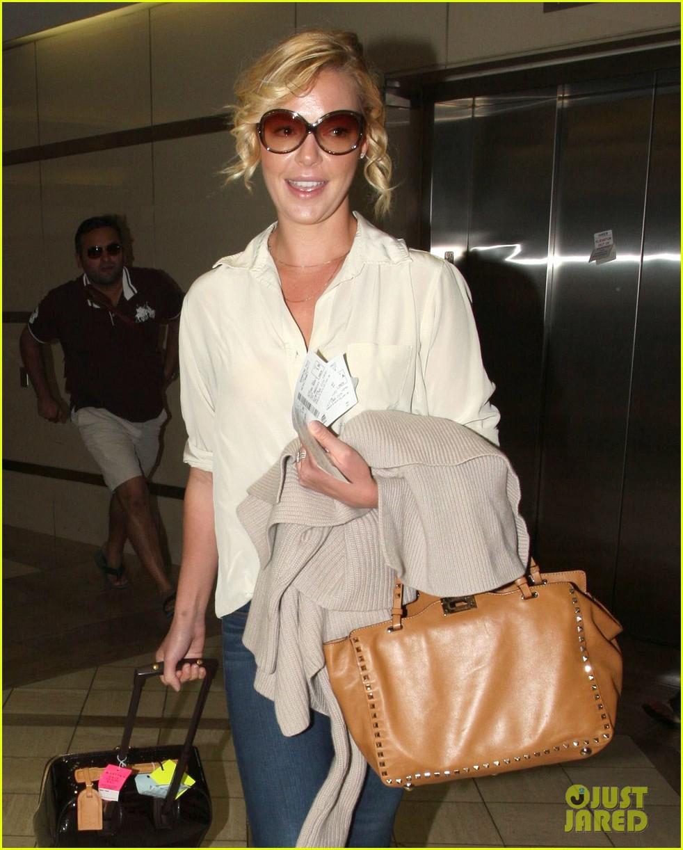 katherine heigl departing flight with mom nancy 08