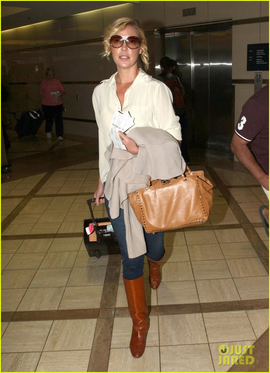 katherine heigl departing flight with mom nancy 09