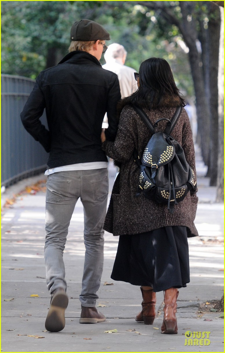 vanessa hudgens austin butler big apple stroll 05