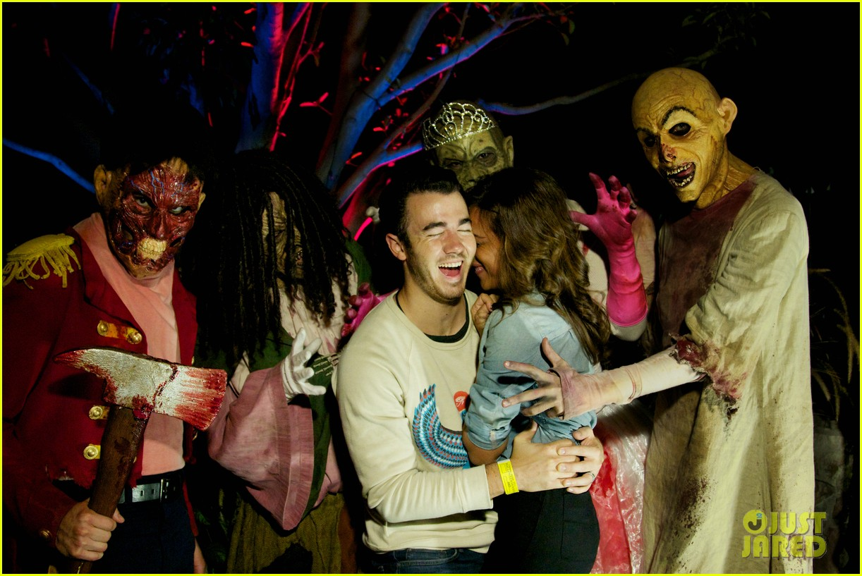 vanessa hudgens hollywood horror nights with sister stella 082731758