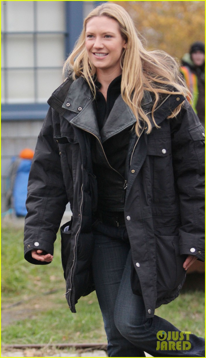joshua jackson fringe set with anna torv 03