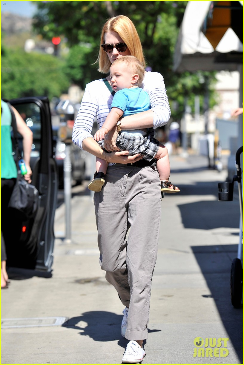 january jones window shopping with baby xander 03