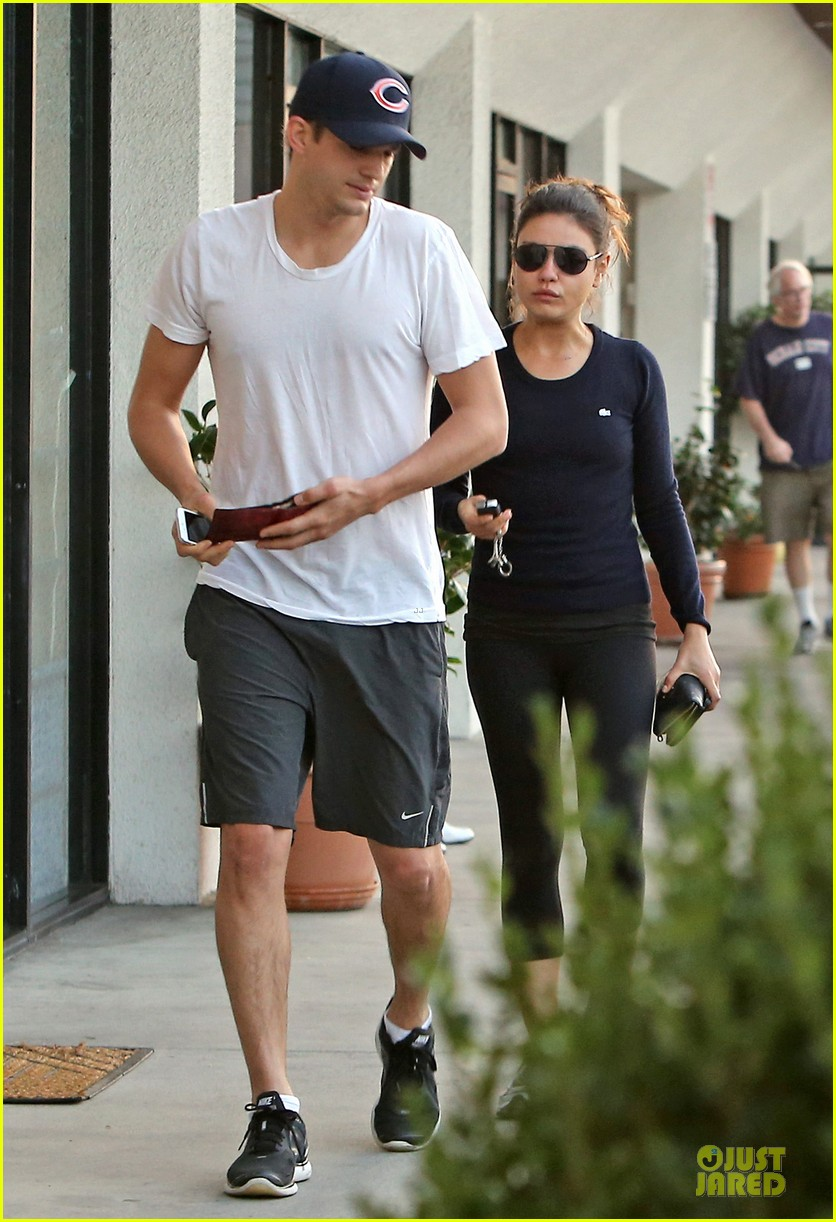mila kunis ashton kutcher foot pampering couple 012741393
