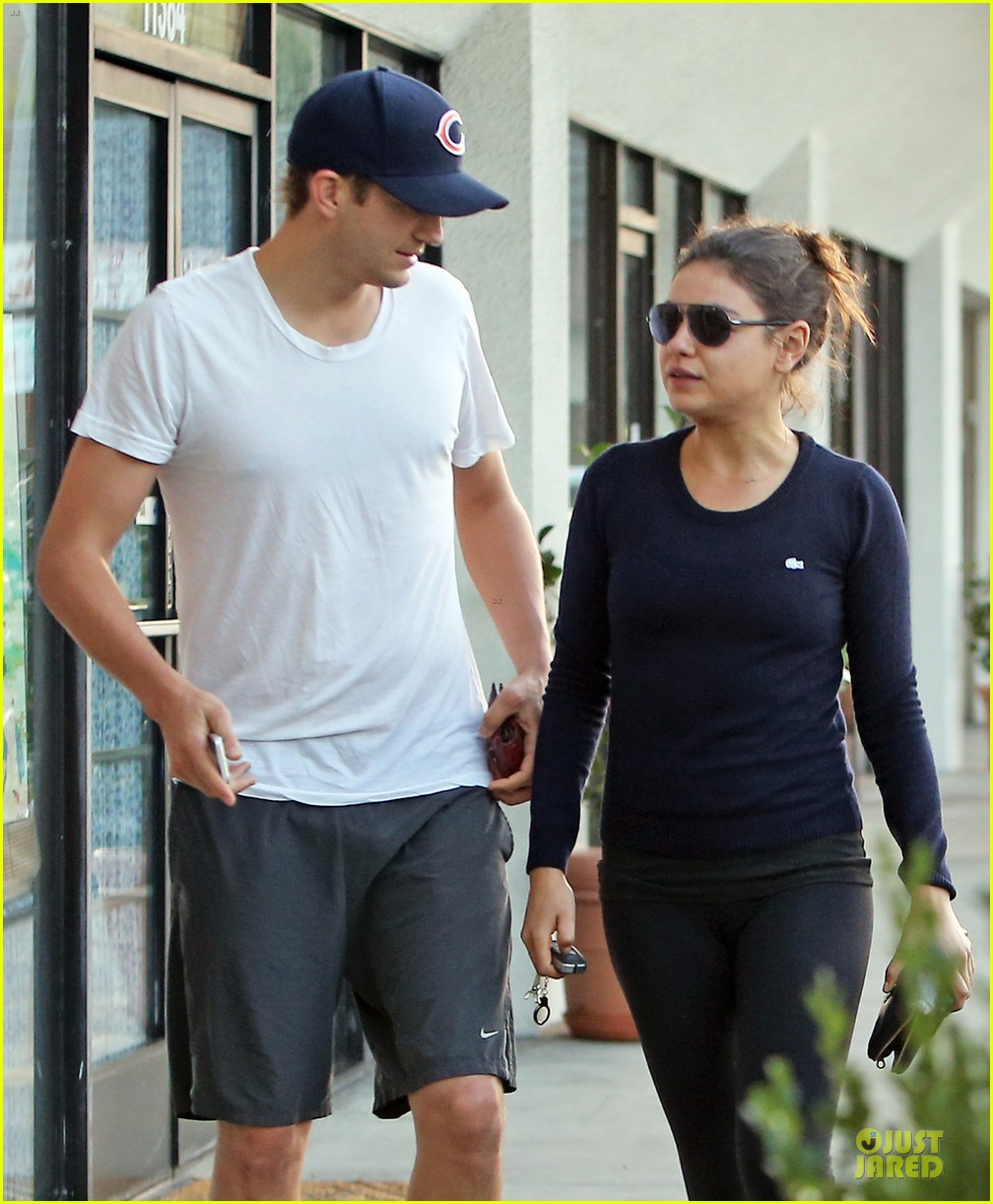 mila kunis ashton kutcher foot pampering couple 092741401