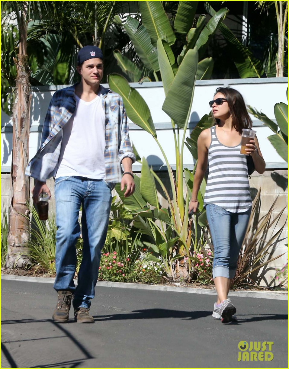 ashton kutcher mila kunis iced coffees to go 082746383