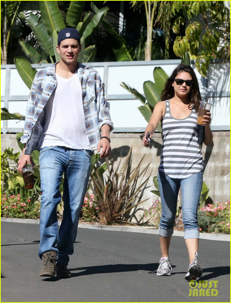 ashton kutcher mila kunis iced coffees to go 092746384