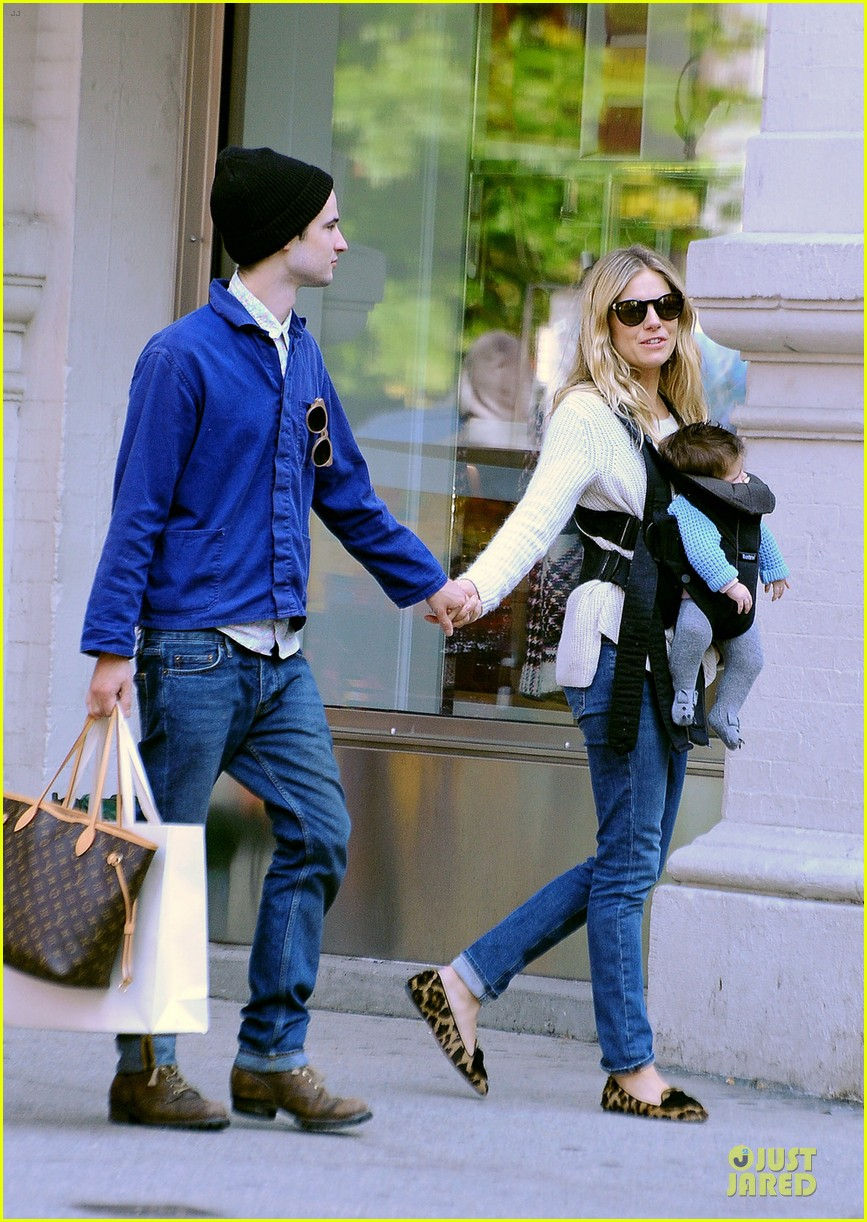 sienna miller tom sturridge new york walk with marlowe 052738169