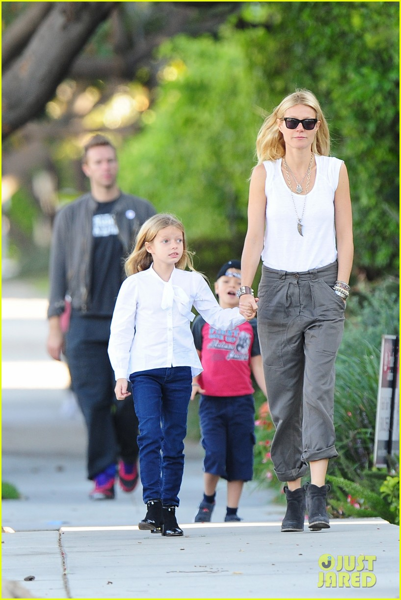 gwyneth paltrow chris martin family walk to school 04