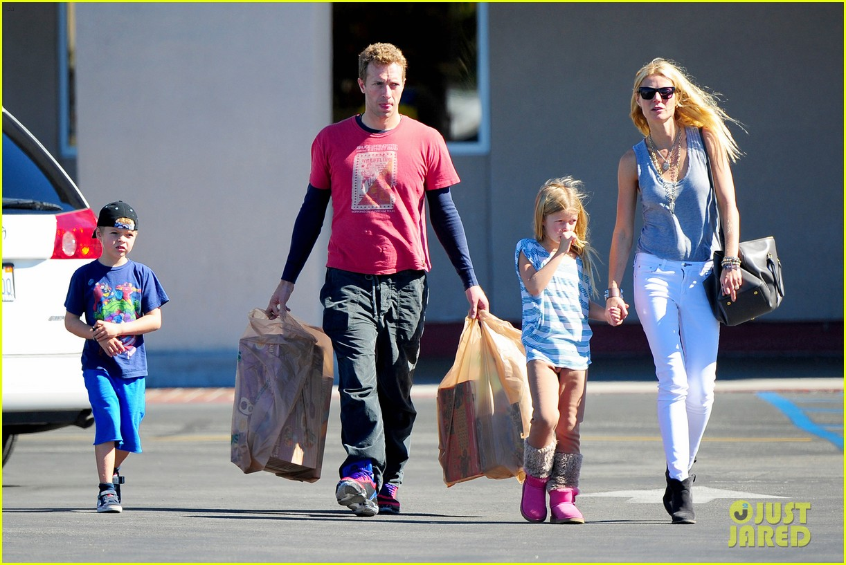 gwyneth paltrow chris martin toys r us with the kids 07