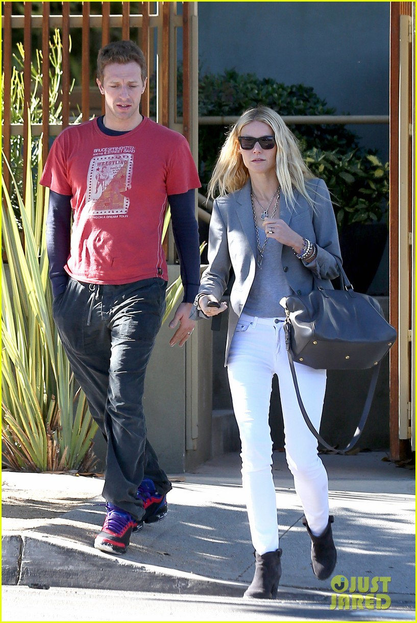 gwyneth paltrow chris martin toys r us with the kids 23