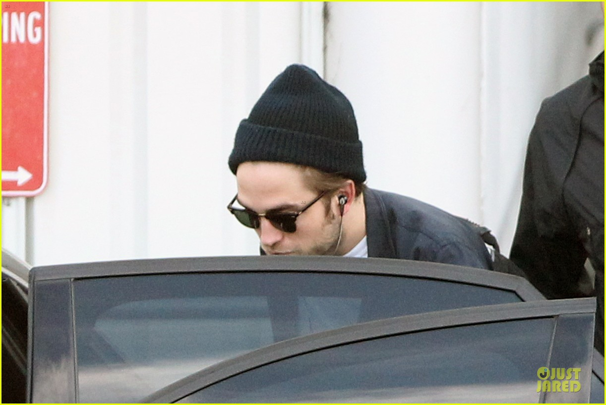 robert pattinson touches down in sydney 102742241