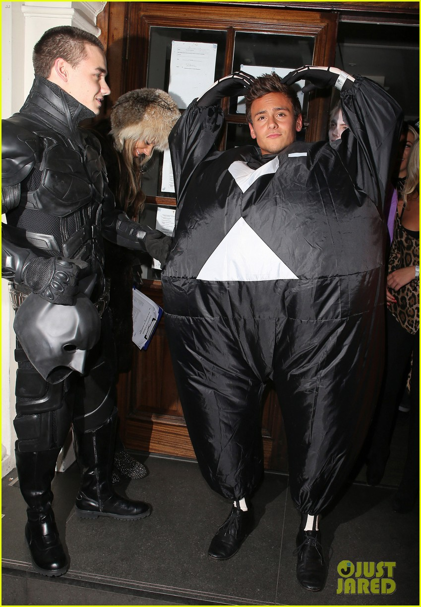 liam payne batman halloween costume with tom daley 03